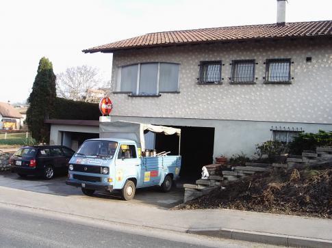 véhicule de livraison devant le dépôt